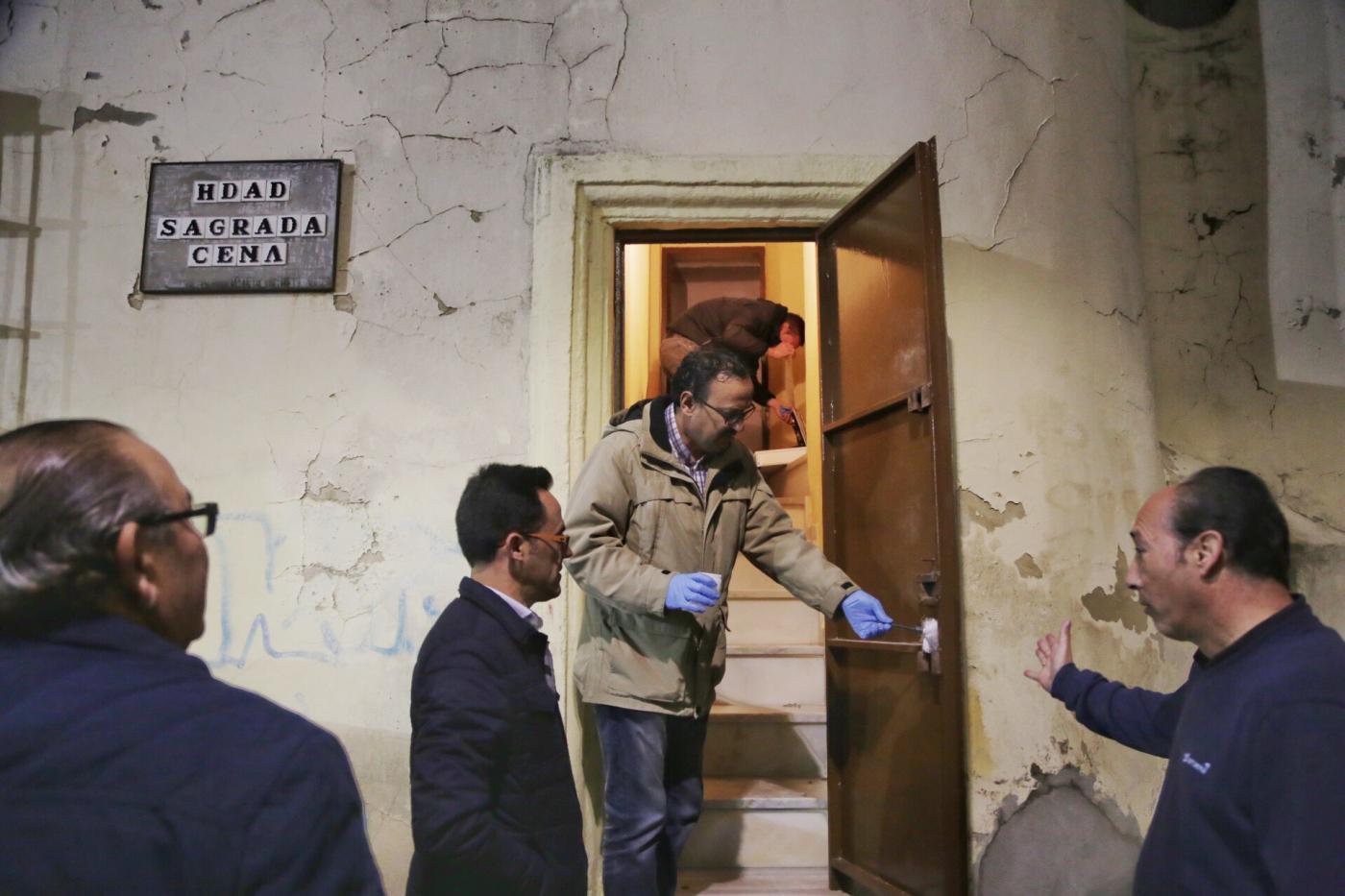 La Policía Científica toma huellas ante la atenta mirada de los hermanos de la Cena y del Presidente del Consejo, Dionisio Díaz / Viva Jerez – Cristo García