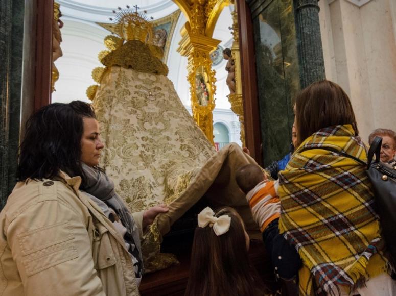Niños ante la Virgen del Rocío / J. Pérez · EFE