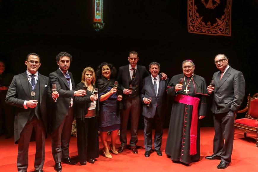 El pregonero Antonio Gallardo, su familia, amigos y autoridades brindan tras el pregón / Cristo García