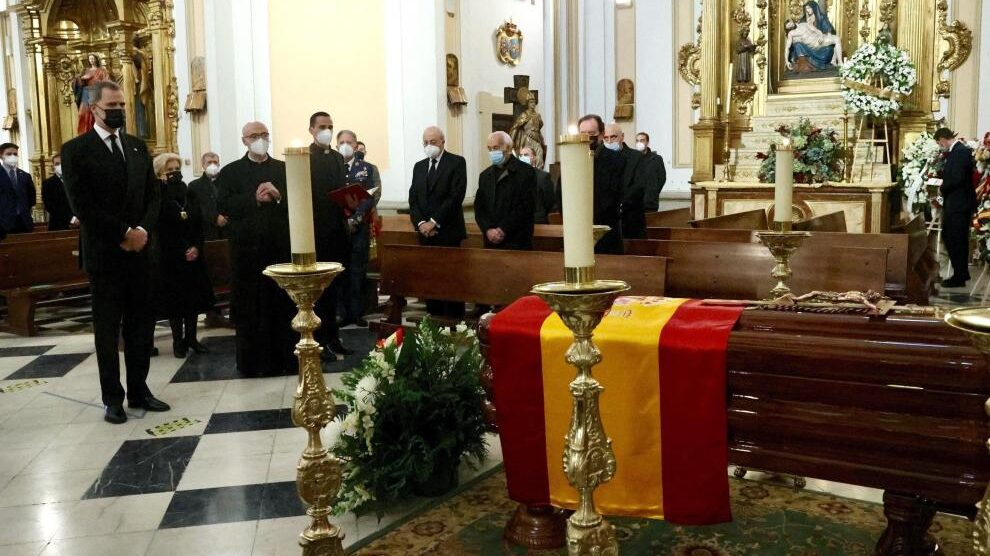 Felipe VI en la capilla ardiente de Juan del Río